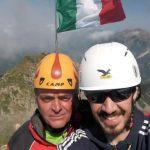 Foto - Gabriele (Sn) e Stefano (Ds) con la bandiera